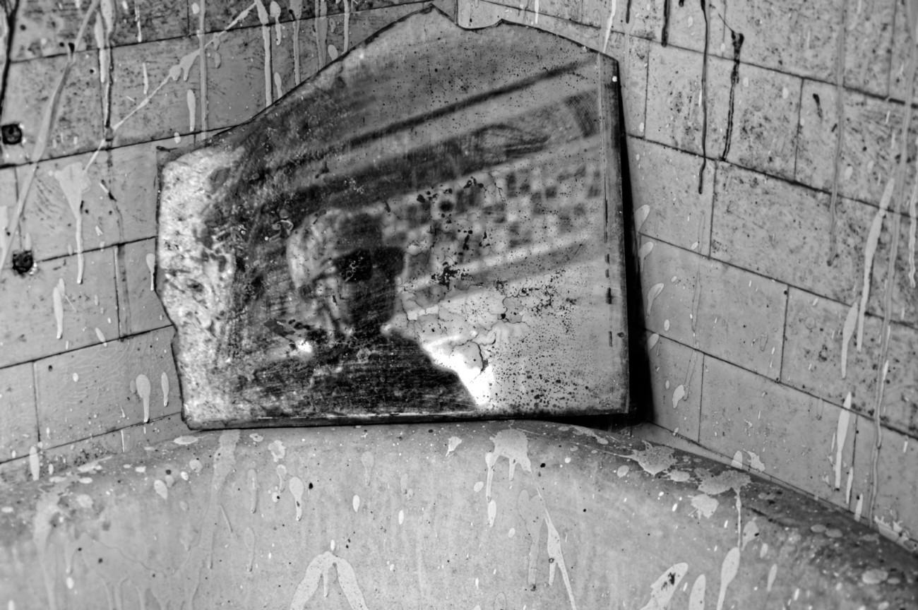 auto-portrait, noir et blanc, domaine des 3colonnes, les 3 colonnes, urbex, exploration urbaine,