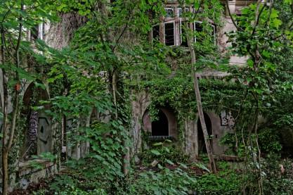 urbex domaine des 3 colonnes façade manoir vue du cloître