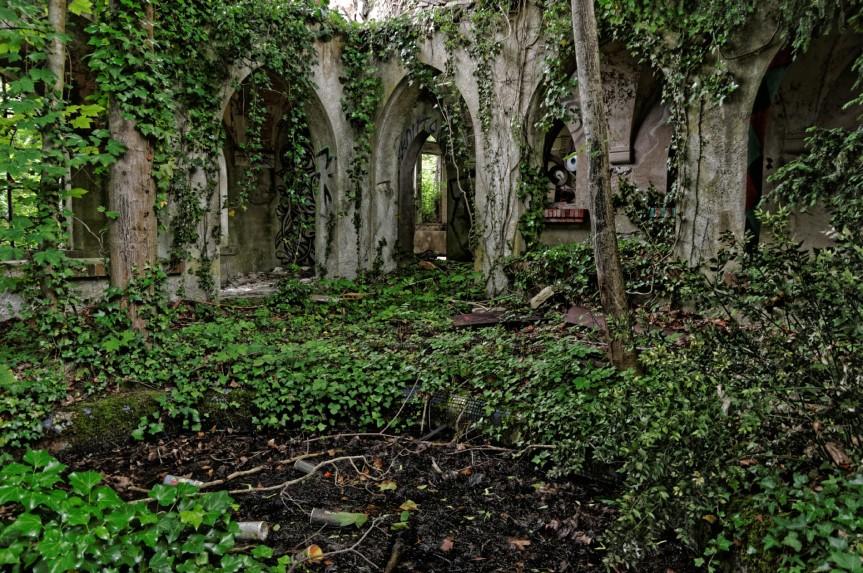 urbex domaine des 3 colonnes le cloître et son bassin