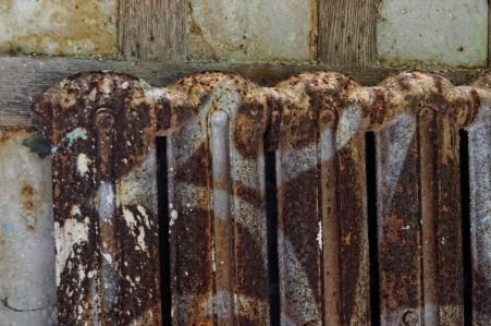 urbex, domaine des 3 colonnes, radiateur couloir
