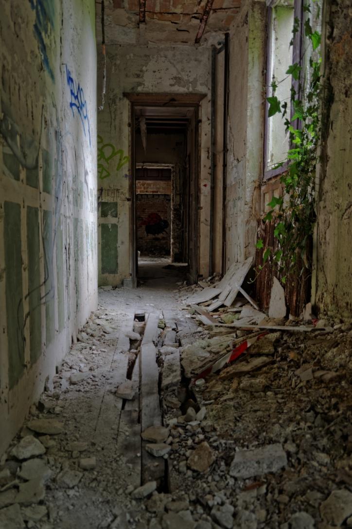 urbex, domaine des 3 colonnes, couloir menant aux pèces du rez-de-chaussée