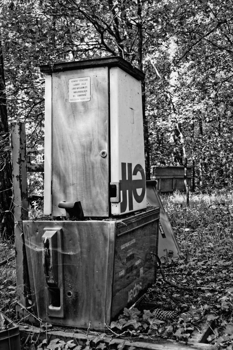 abandonned, urbex, exploration urbaine, pompe à essence,noir et blanc