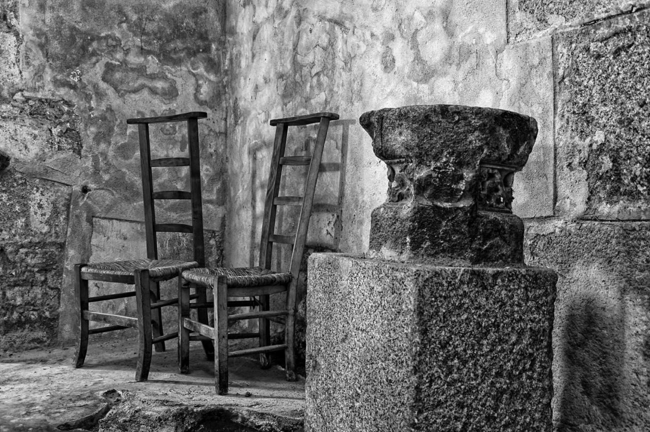 chaises d'église, bénitier, église de Guissény,