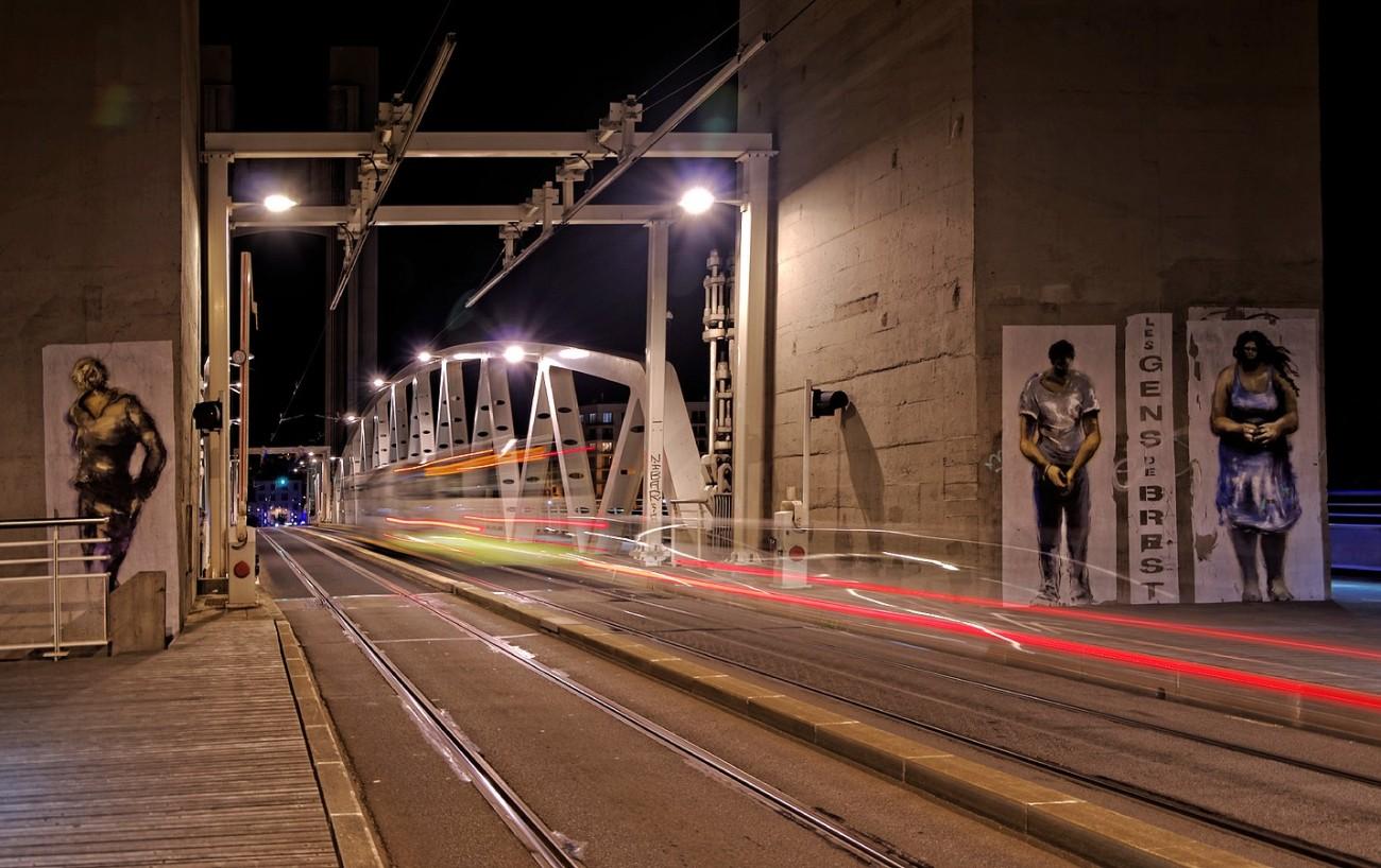 Pont de Recouvrance de nuit avec filé de lumière