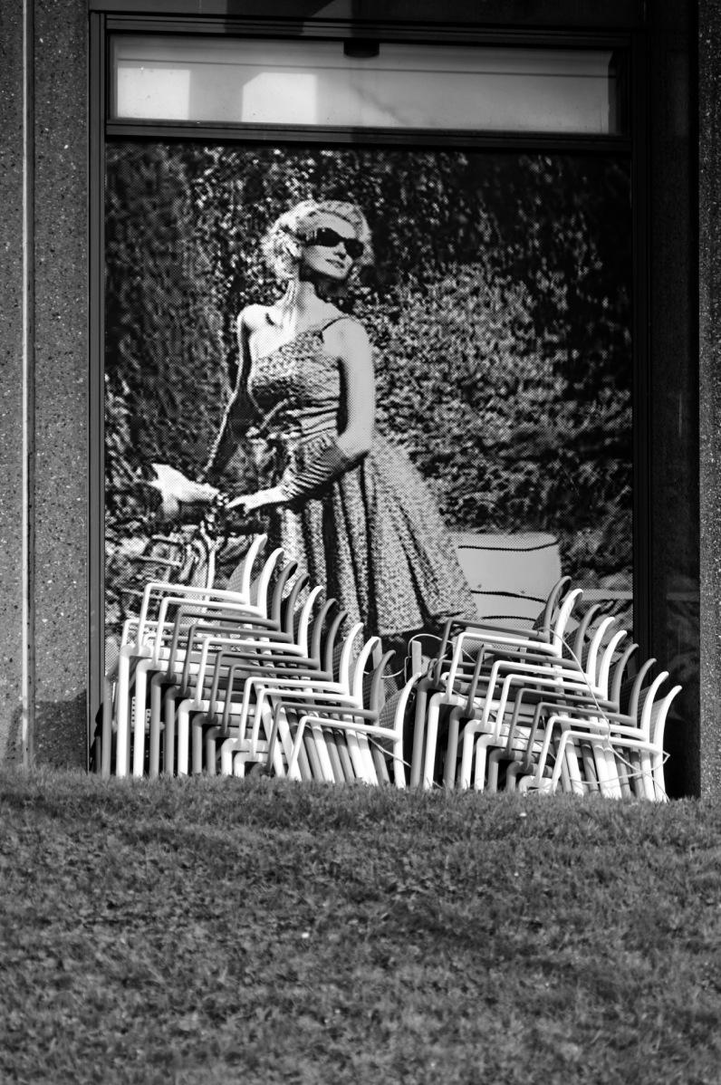 terrasse café, Brest, chaises empillées, poster, vitrine, noir et blanc