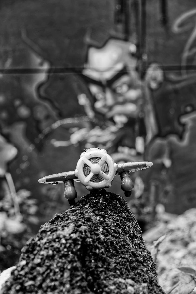Tags, avion jouet, Antoine de Saint-Exupéry, noir et blanc, urbex