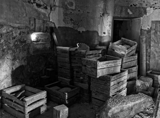 caisses dans cave du château Popkov