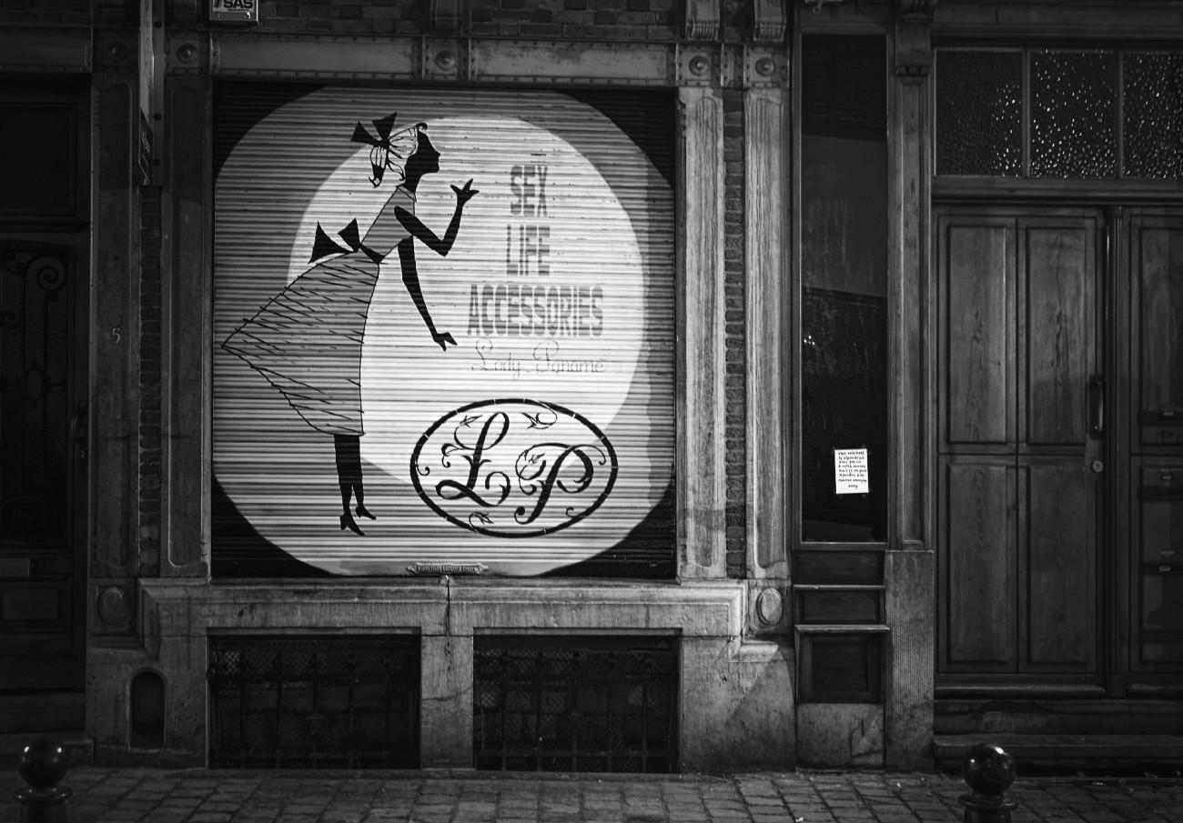 Bruxelles, Belgique, photo de nuit, devanture boutique Lady Paname, noir et blanc