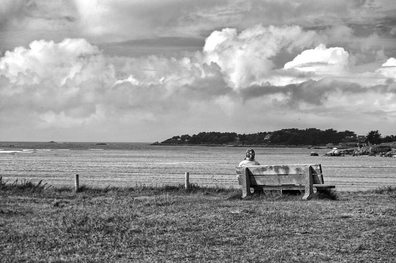 baie de Guissény, Guissény sur mer, nuages, mer, banc, femme au foulard, bretagne, finistère