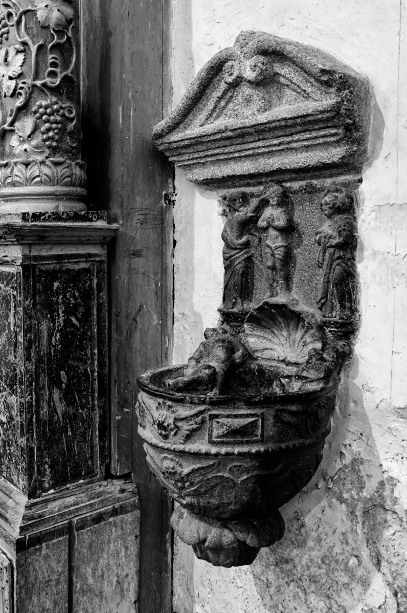bénitier du diable Eglise Notre Dame de Lampaul Guimiliau, bretagne, finistère,