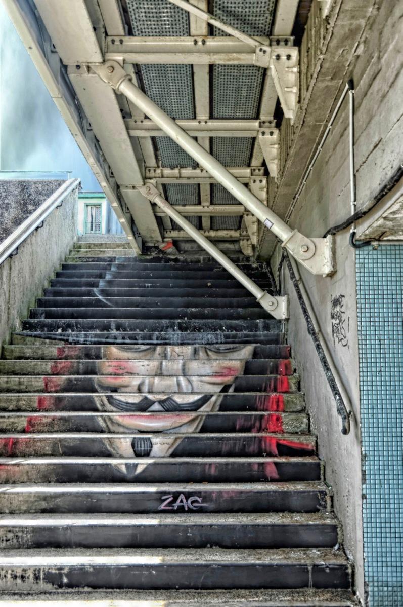 masque de Guy Fawkes, escaliers, pont de Recouvrance à Brest, bretagne, finistère