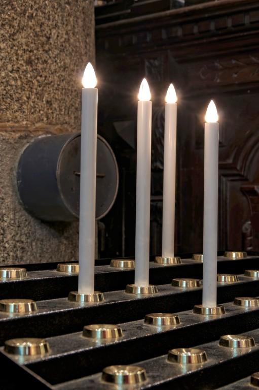 bougies église Notre Dame Lampaul Guimiliau