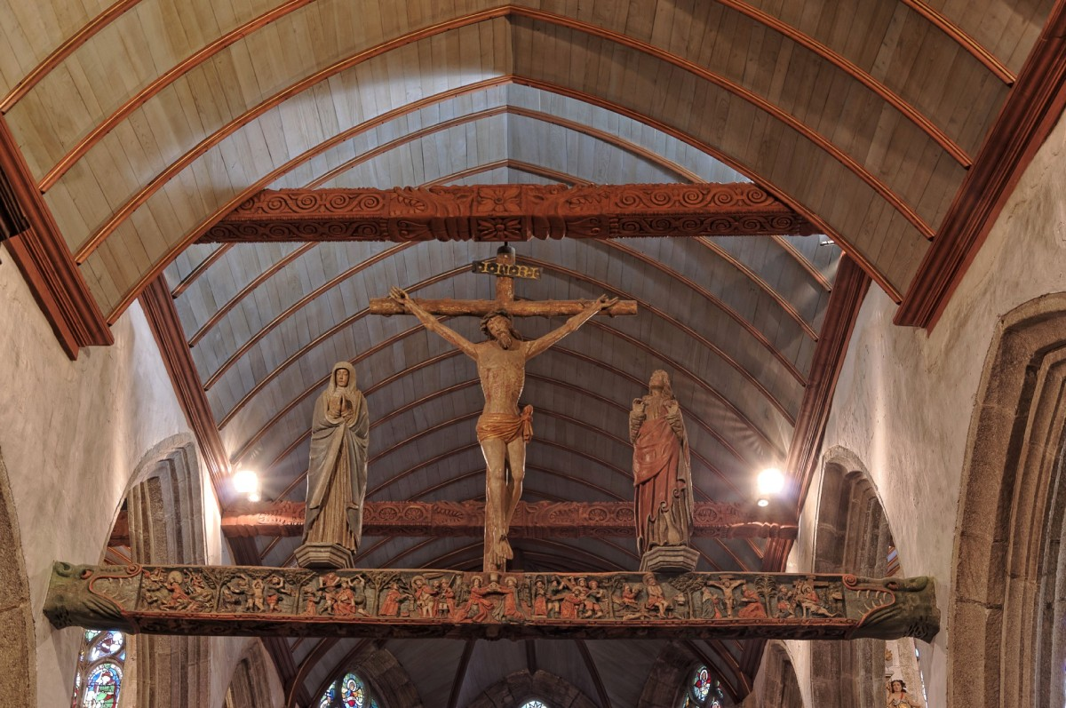 """La """"Poutre de gloire"""" qui sépare la nef du chœur église Notre Dame à Lampaul Guimiliau"""