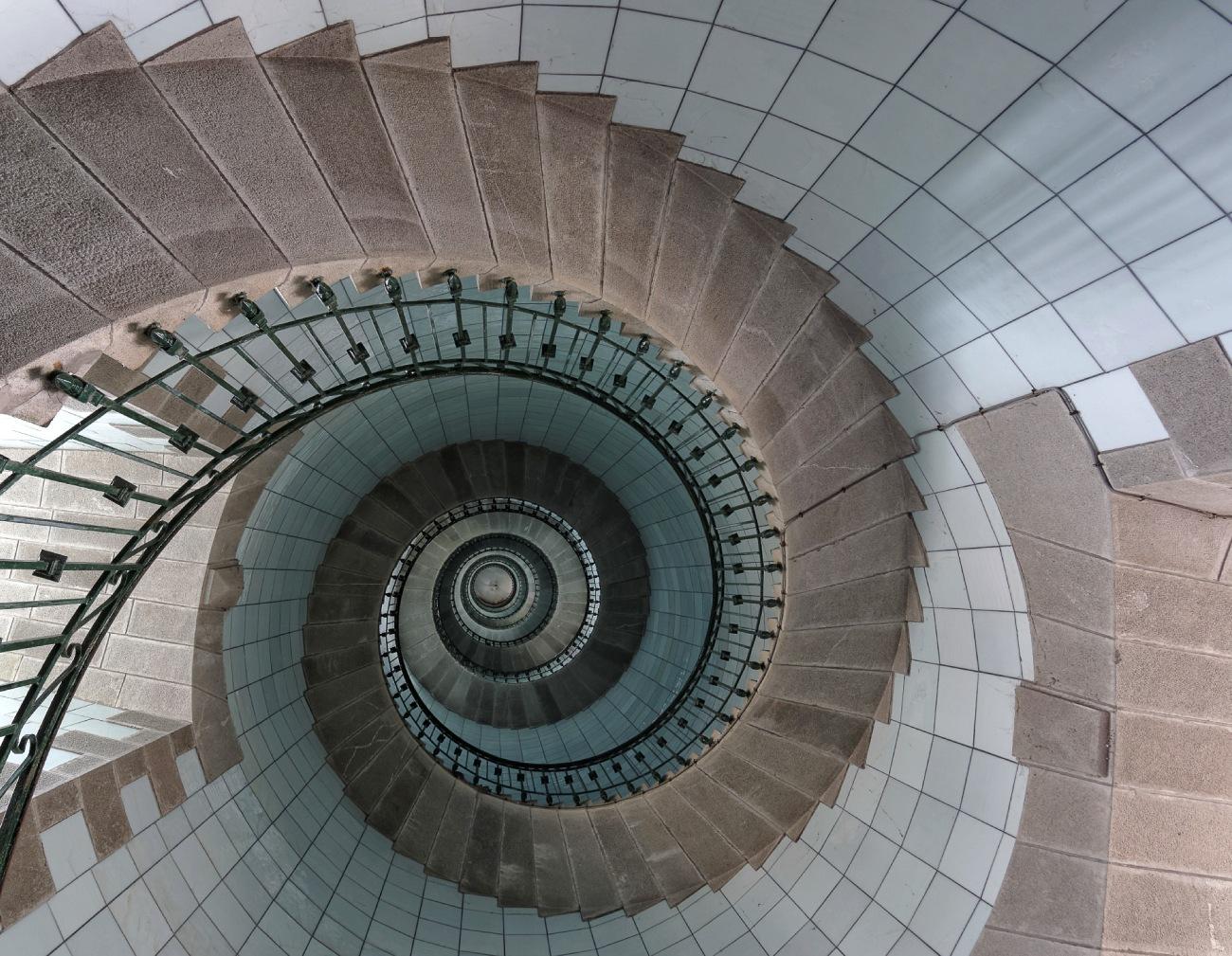 montée d'escaliers du phare de l'ile Vierge, plus haut phare d'Europe, Lilia, Finistère, Bretagne,  escaliers phare de l'île Vierge