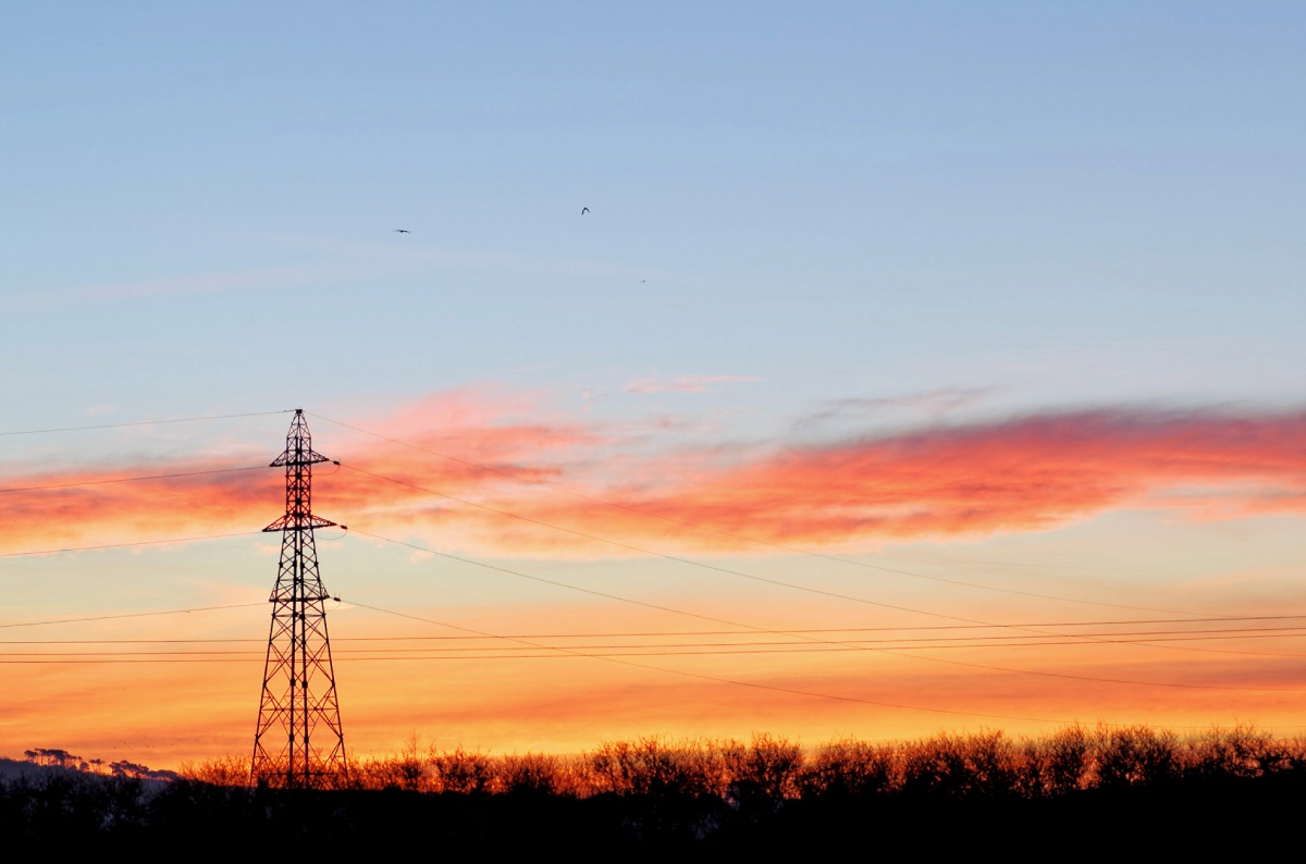 Guissény, bretagne, pays pagan, lever de solei,  pylone électrique, ciel rouge