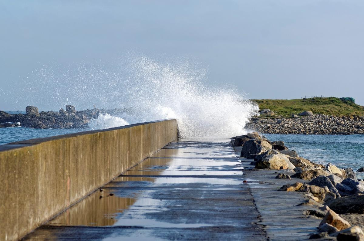 vagues, jetée du port du Curnic, Le Curnic, Guissény, Bretagne, Finistère