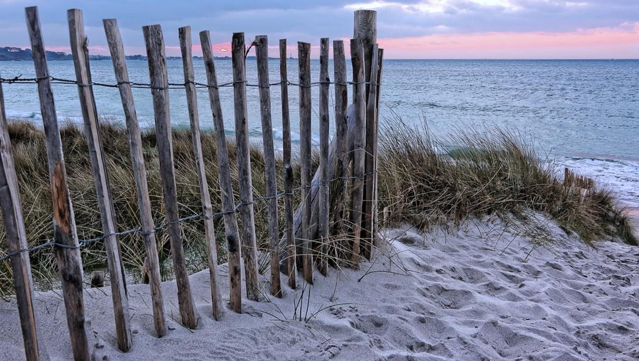 plage du Vougot, ganivelles, coucher de soleil, phare de l'île Vierge, bretagne, finistère