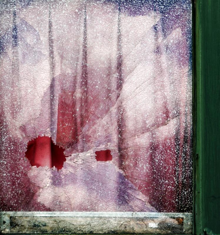 vitre train brisée, vieux wagon, musée du train de Longueville, matière, abstrait