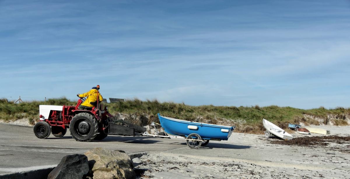 scène de vie au CurnicDxO-blog, tracteur, bateau, port du Curnic, Guissény, bretagne, finistère,