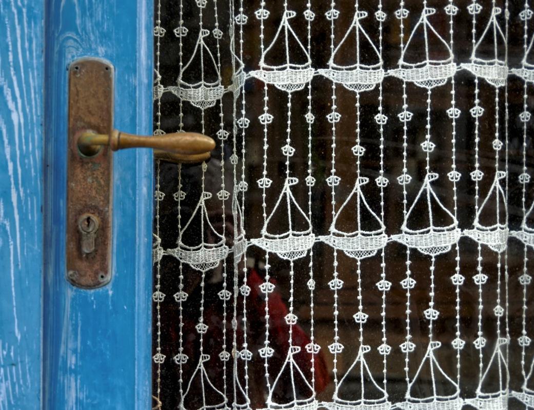 porte, rideau, rideau de dentelle, dentelle bateau, dentelle bretonne, bretagne, finistère
