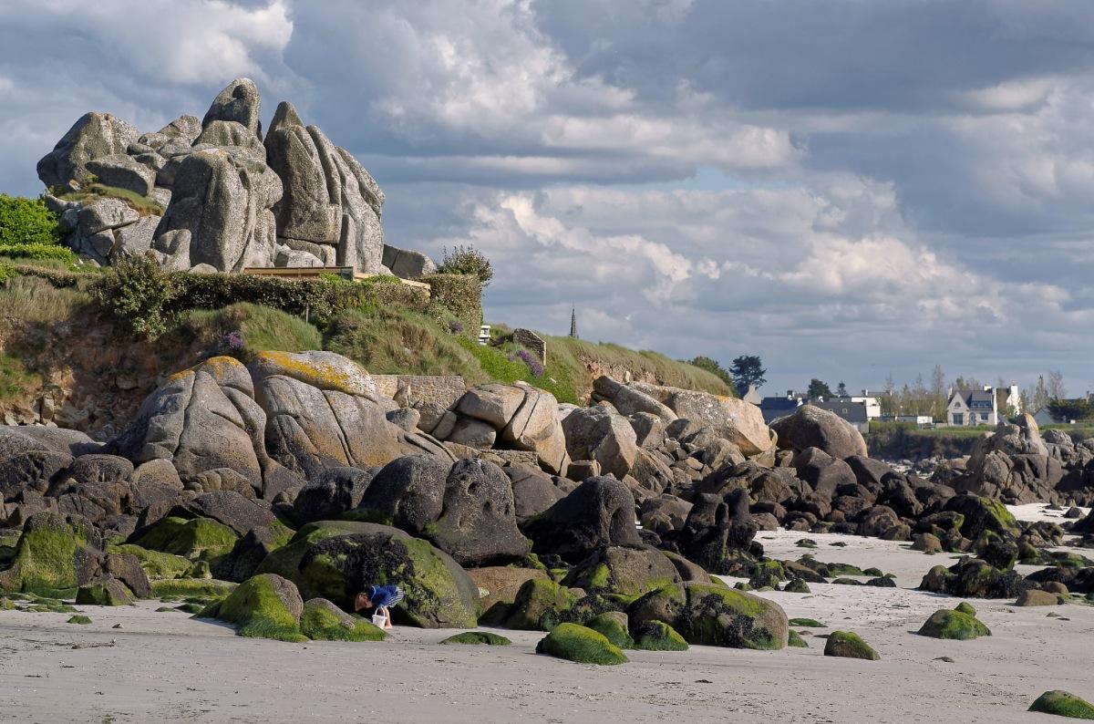 baie de Guissény, Poul-Feunteunn, enfant à la plage, seau blanc, jeux de plage, finistère, bretagne