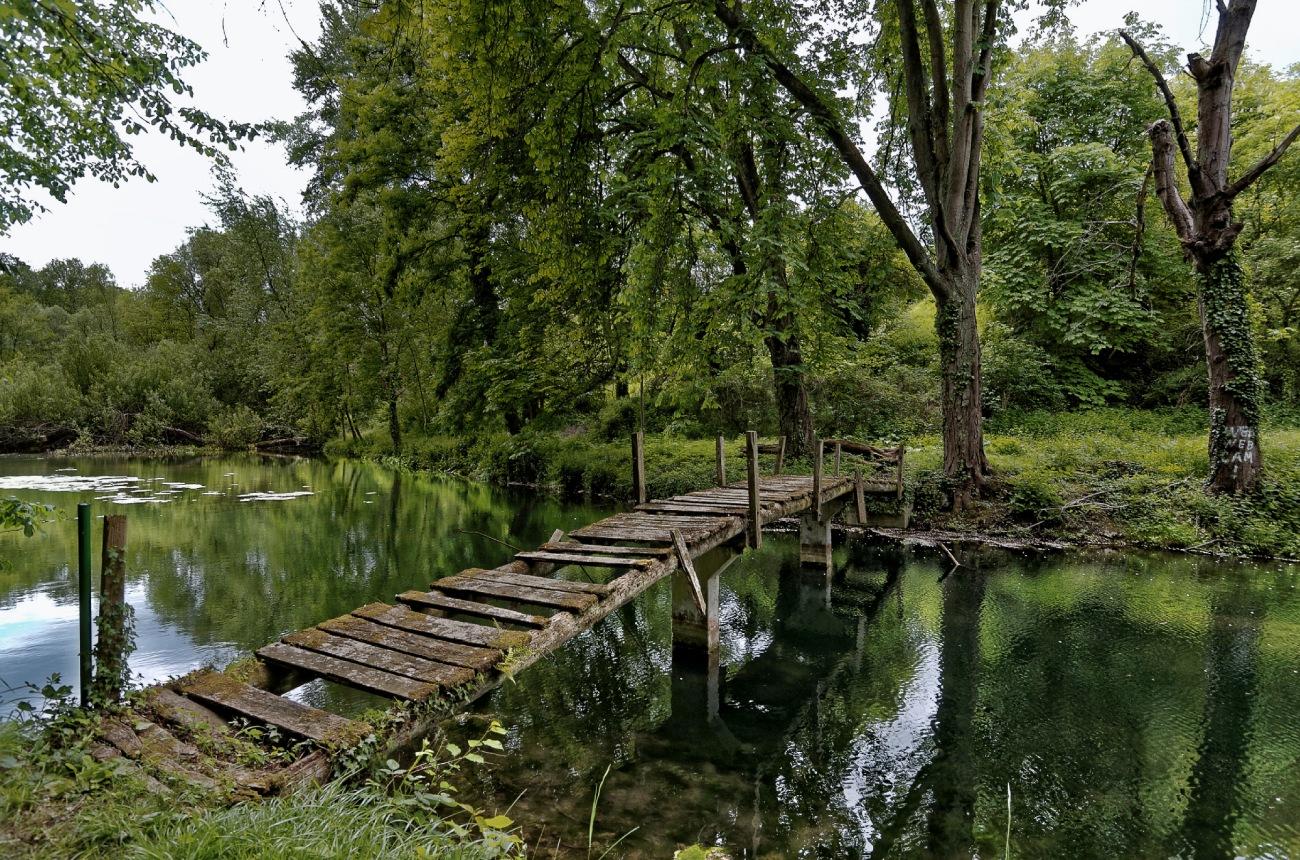 Pont de bois, étang, urbex, reflets,
