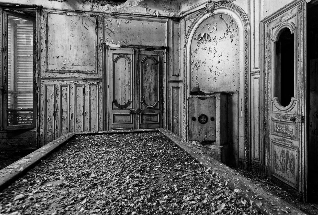 Château Verdure, Urbex, salle de billard du château Verdure, billard, coffre-fort, château verdure en noir et blanc