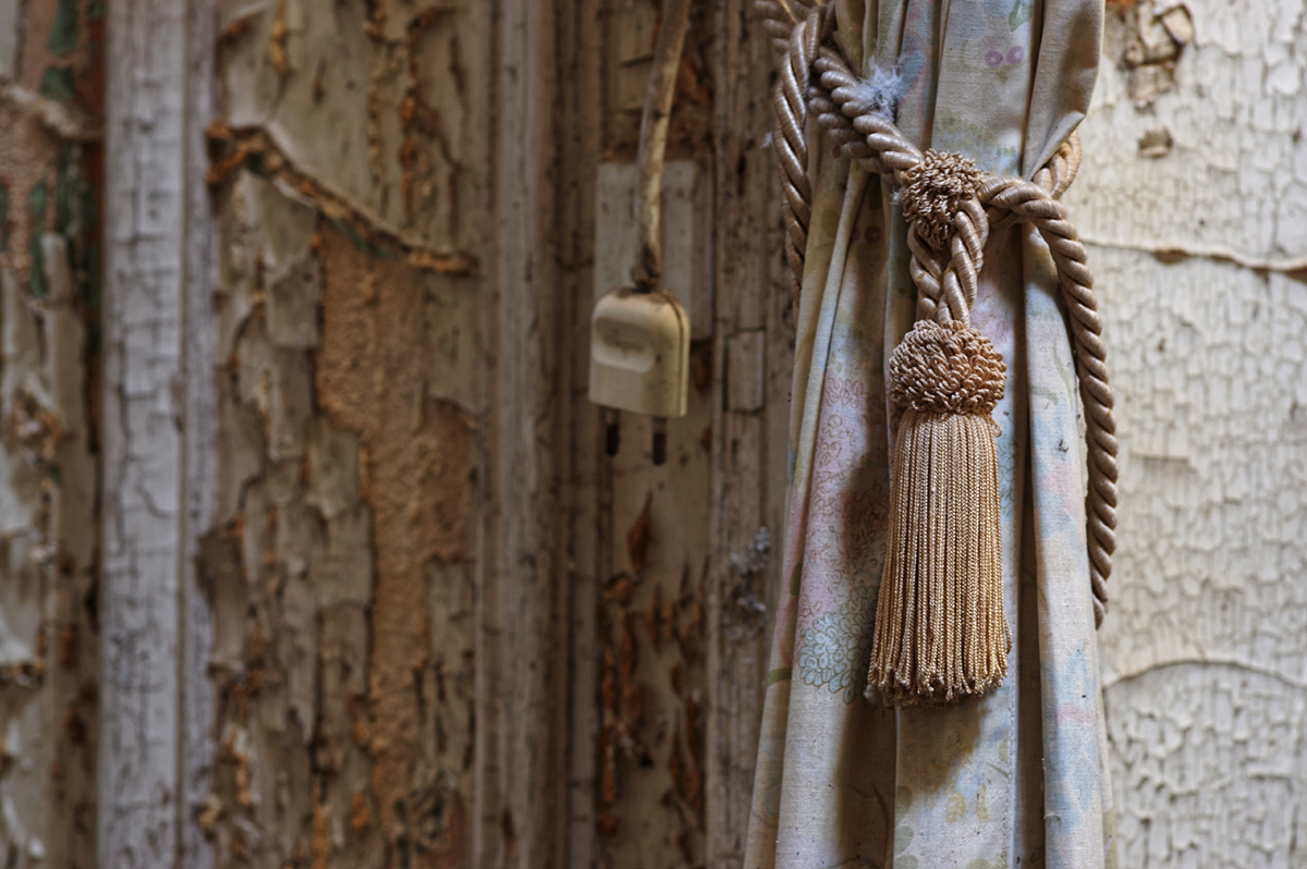urbex, exploration urbaine, château Verdure, le château Verdure en urbex, salon du château Verdure, rideaux au château Verdure