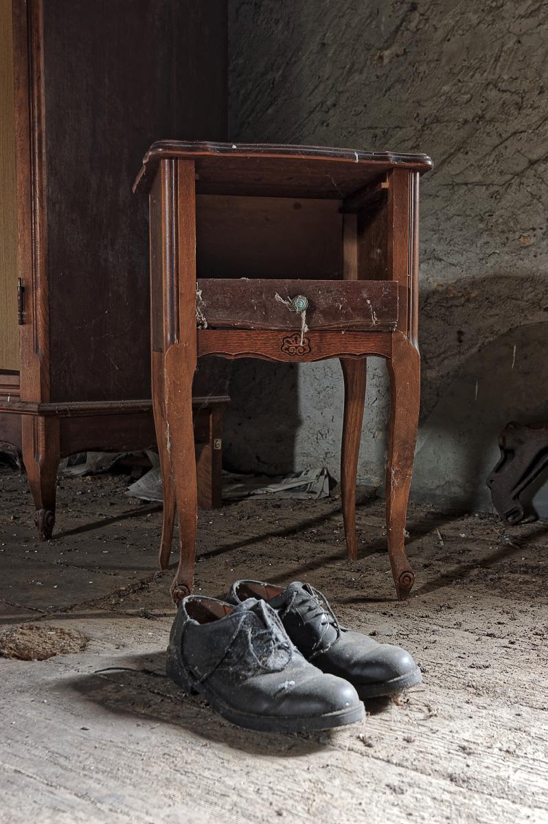 urbex, exploration urbaine, maison cartouches, chaussures, chambre