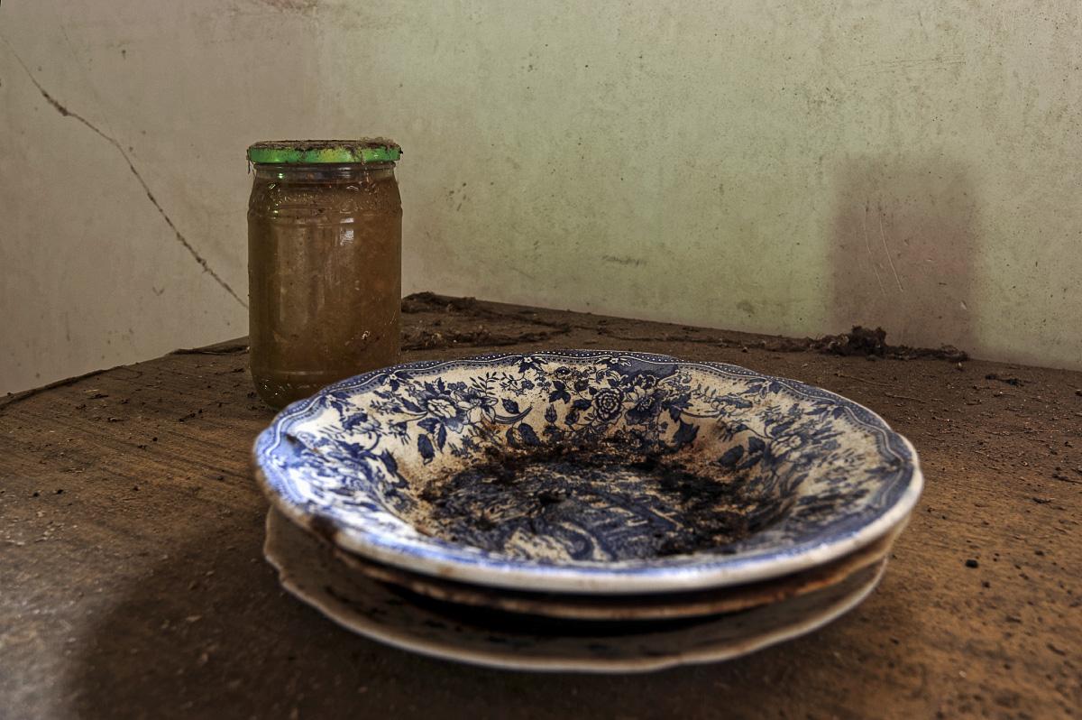 urbex, exploration urbaine, maison cartouches, assiettes, confiture