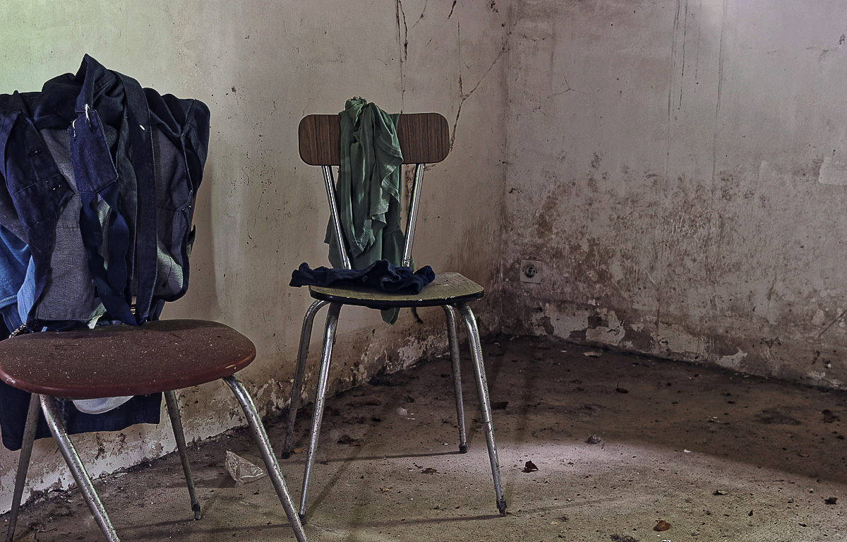 urbex, exploration urbaine, maison cartouches, chaises, vêtements
