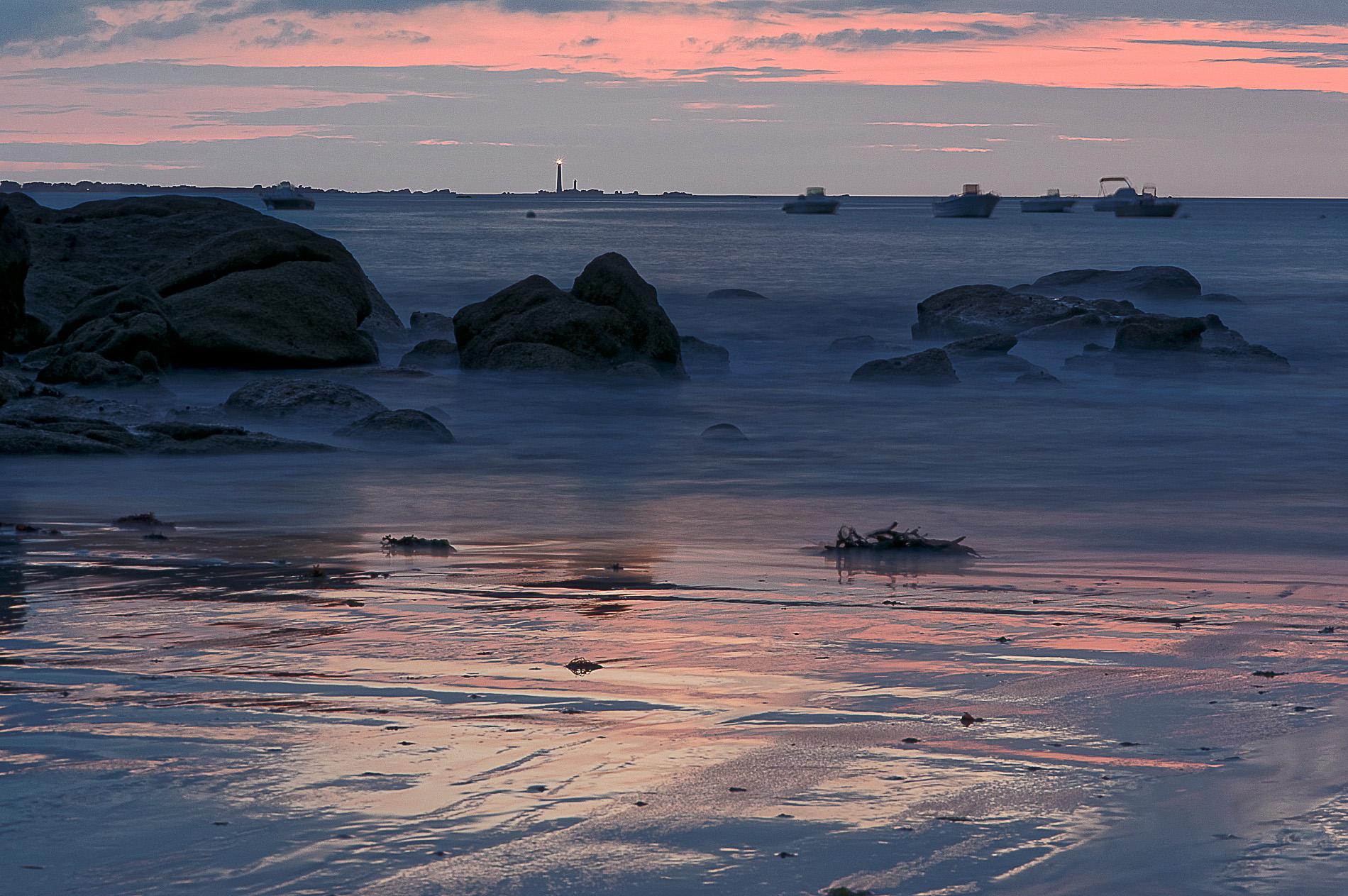coucher de soleil en pose longue face à l'île Vierge, à Niez Vran, Guissény, Bretagne, Finistère