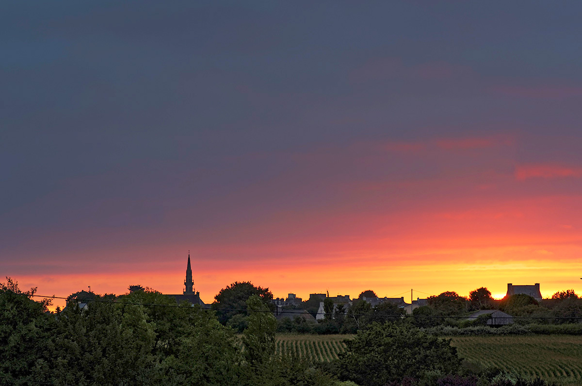 rougeur du soir, coucher de soleil, coucher de soleil sur le bourg de Guissény, Guissény, Bretagne, Finistère