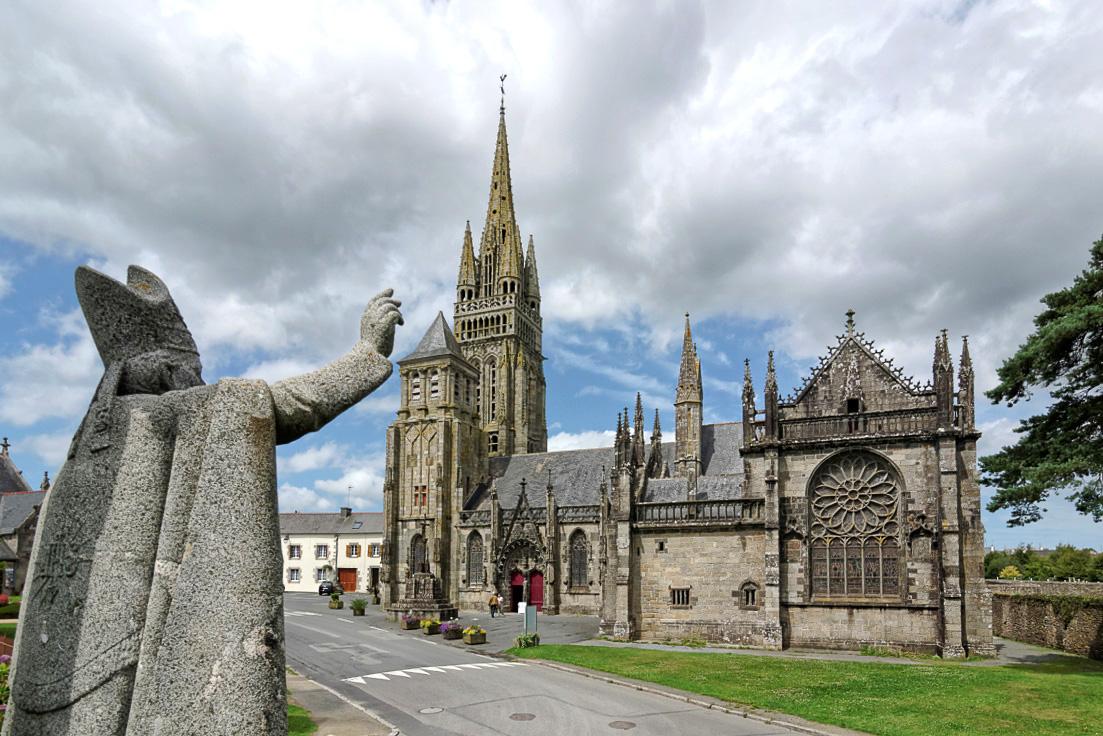 Monseigneur Freppel, statue de Mgr Freppel,Notre Dame du Folgoet, Le Folgoet, basilique du Folgoet, bretagne, finistère, monument religieux, architecture