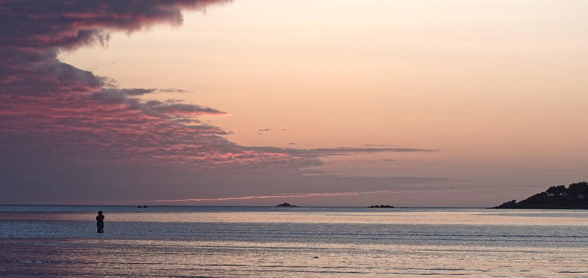 coucher de soleil, coupled'amoureux au soleil couchant, baie de Guissény, Guissény, finistère, bretagne