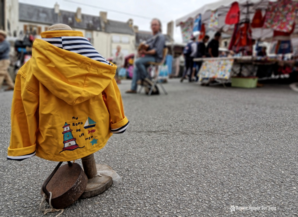 au bord de la mer ciré jaune enfant marché Lesneven, Bretagne, Finistère