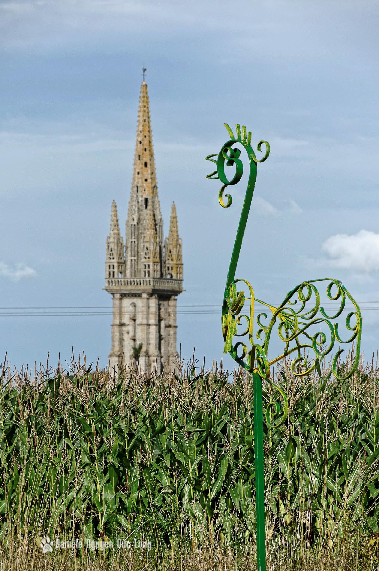 clocher Goulven flou et statue coq, Goulven, finistère, bretagne, exposition de sculptures Art Mor Pagan