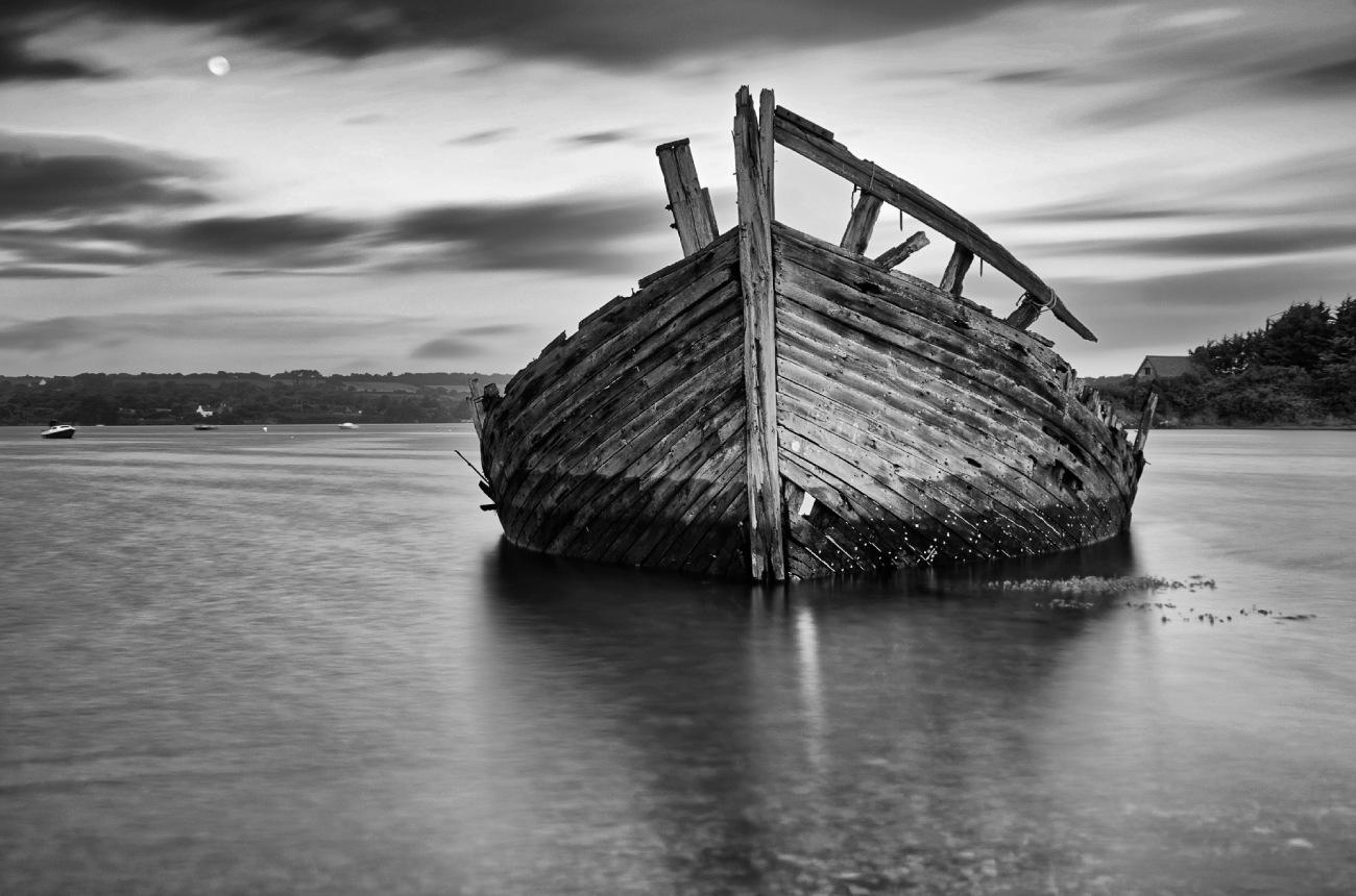 pose longue, noir et blanc, épaves bateaux, cimetière bateaux, Rostellec, finistère, bretagne