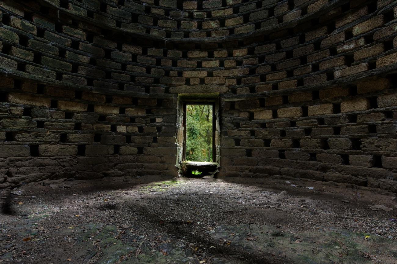 intérieur pigeonnier , colombier de Brézal, bretagne, finistère