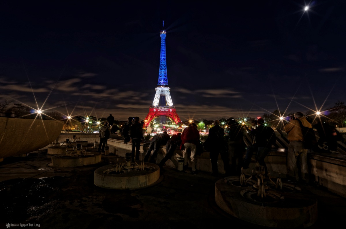 La tour eiffel en bleu blanc rouge fluctuat nec for Ouvre la fenetre translation