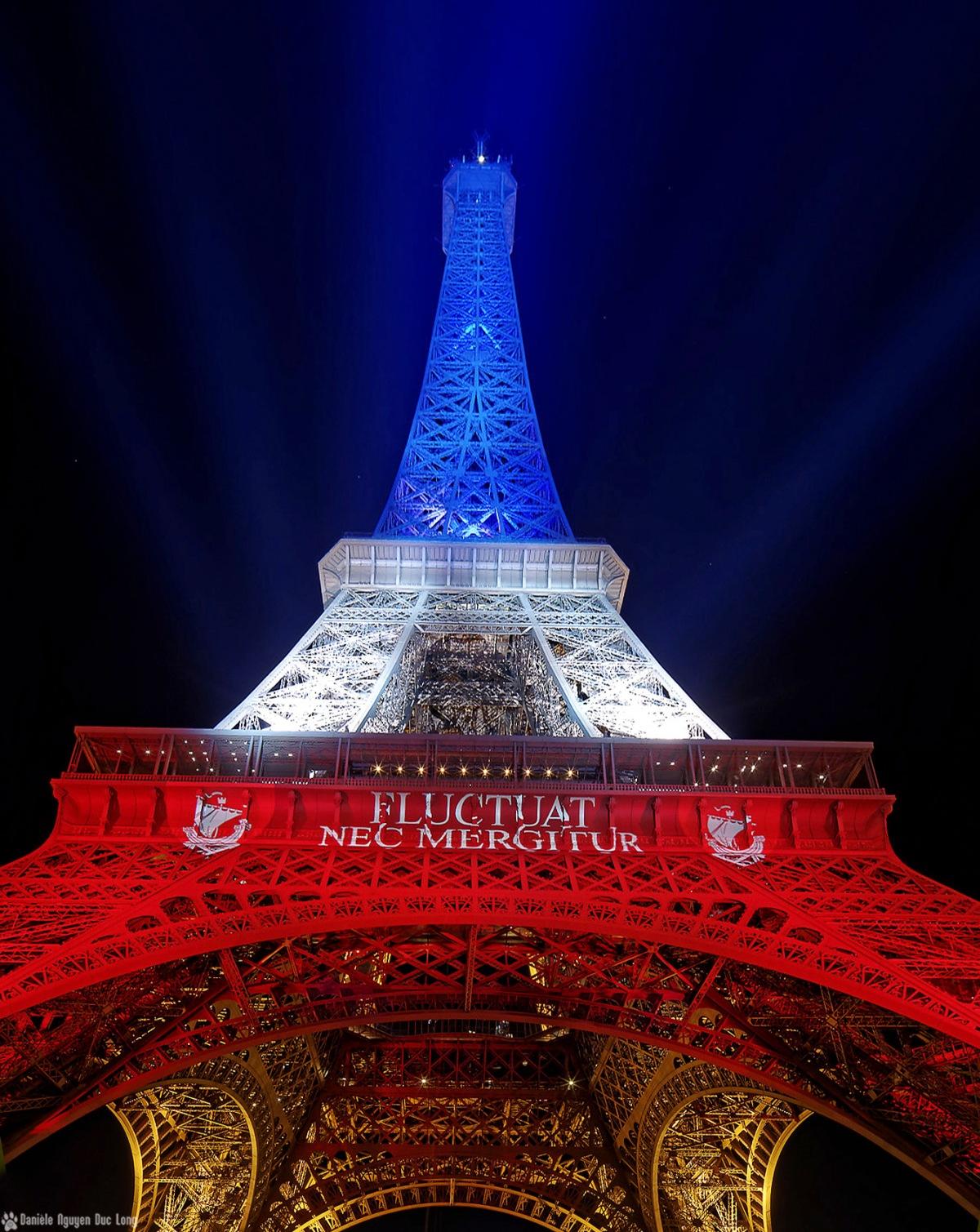 Tour Eiffel en bleu blanc rouge contre plongée