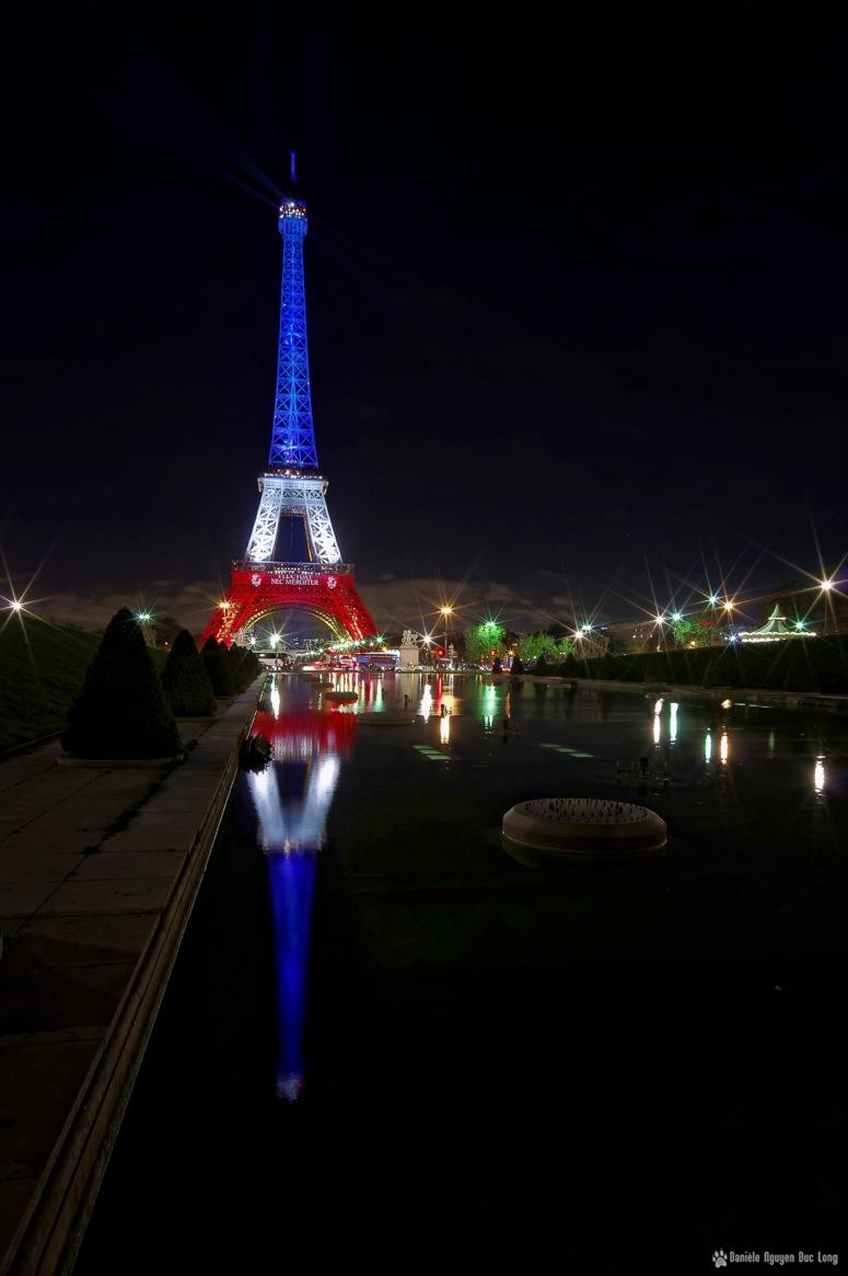 Tour Eiffel et son reflet bassin du Trocadéro en bleu blanc rouge