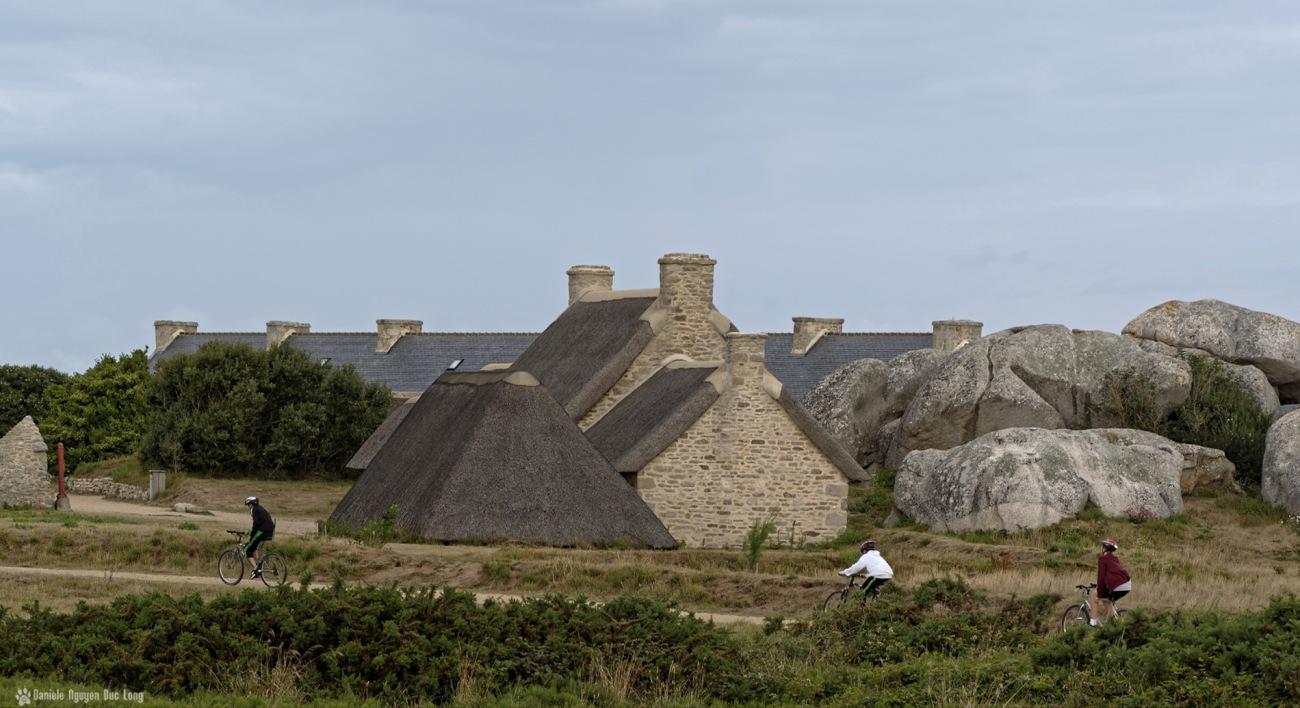 cyclistes de bon matin à Ménéham, village de pêcheurs de Ménéham, Ménéham, Kerlouan, Finistère, Bretagne
