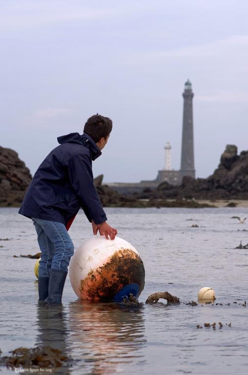 bouée d'amarrage au pied du phare de l'ile Vierge et Arnaud, phare de l'ile Vierge, Lilia, Plouguerneau, Bretagne, Finistère