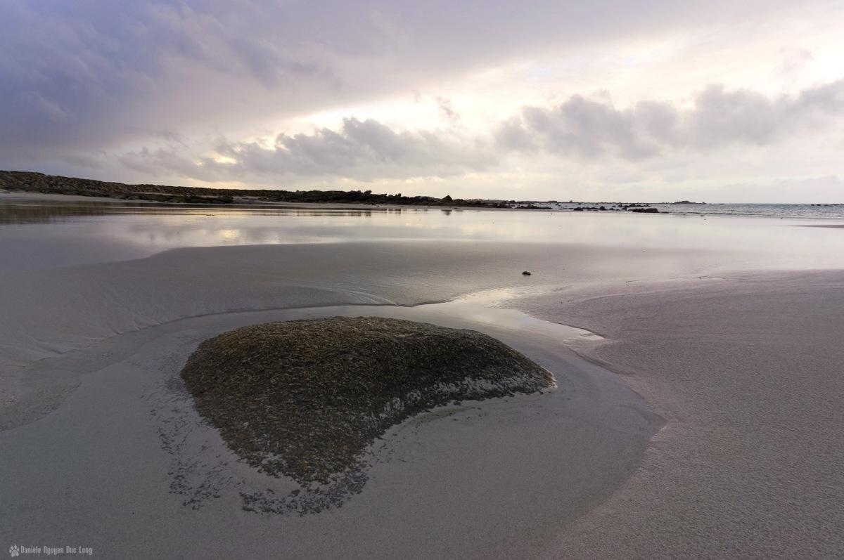 la plage en hiver - Kerlouan - rocher trou d'eau