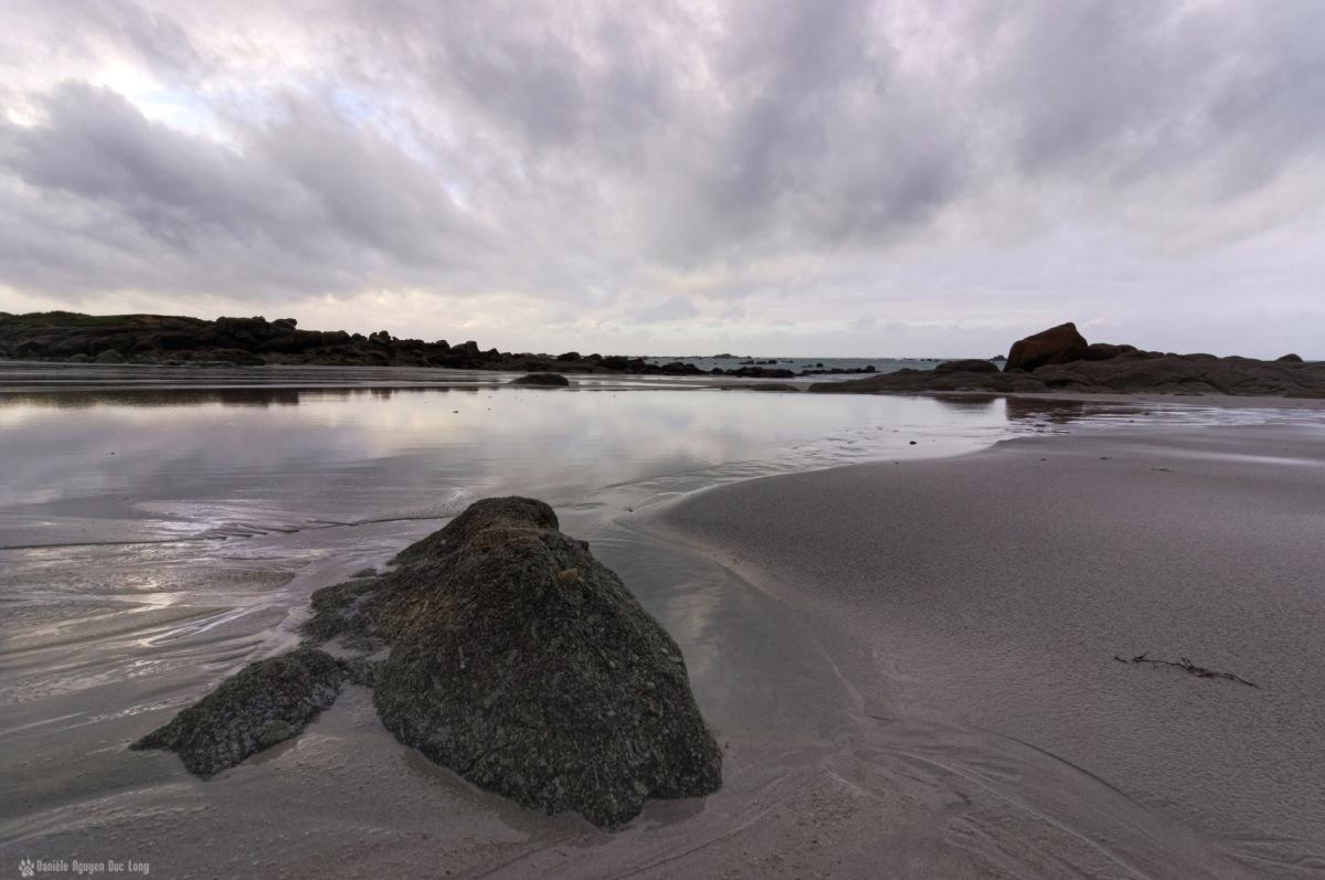 reflets rocher plage en hiver Kerlouan
