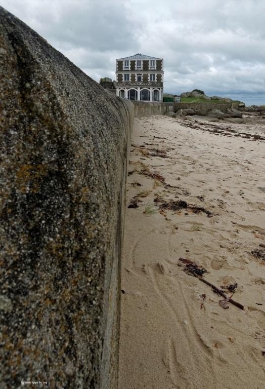 hôtel de la mer au pied du mur d'enceinte de la plage des chardons bleus