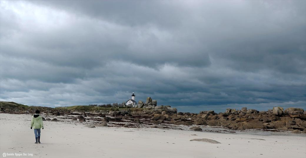 Arnaud sur la plage en direction du phare de Pontusval
