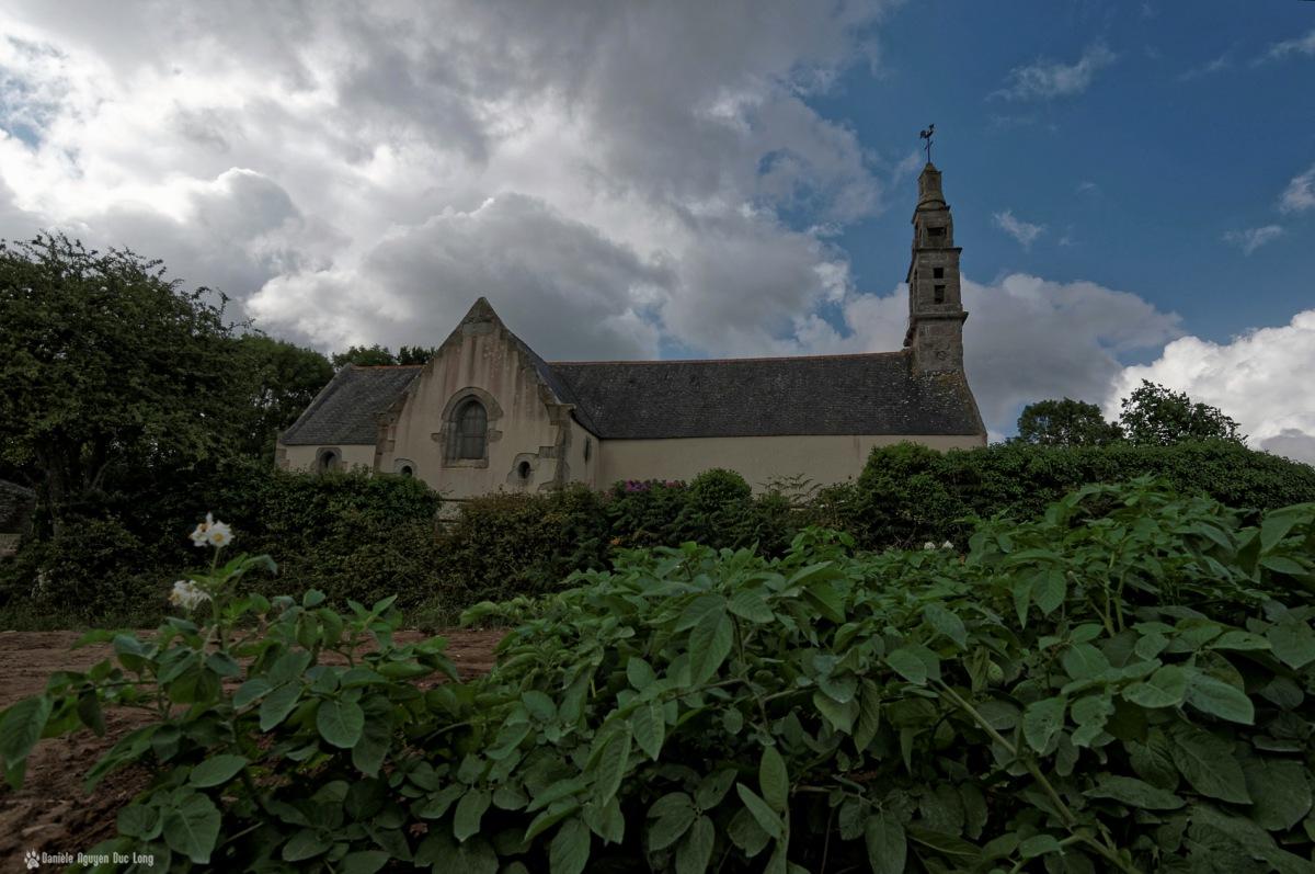 chapelle Guicquelleau depuis les champs, Folgoet, Bretagne, Finistère