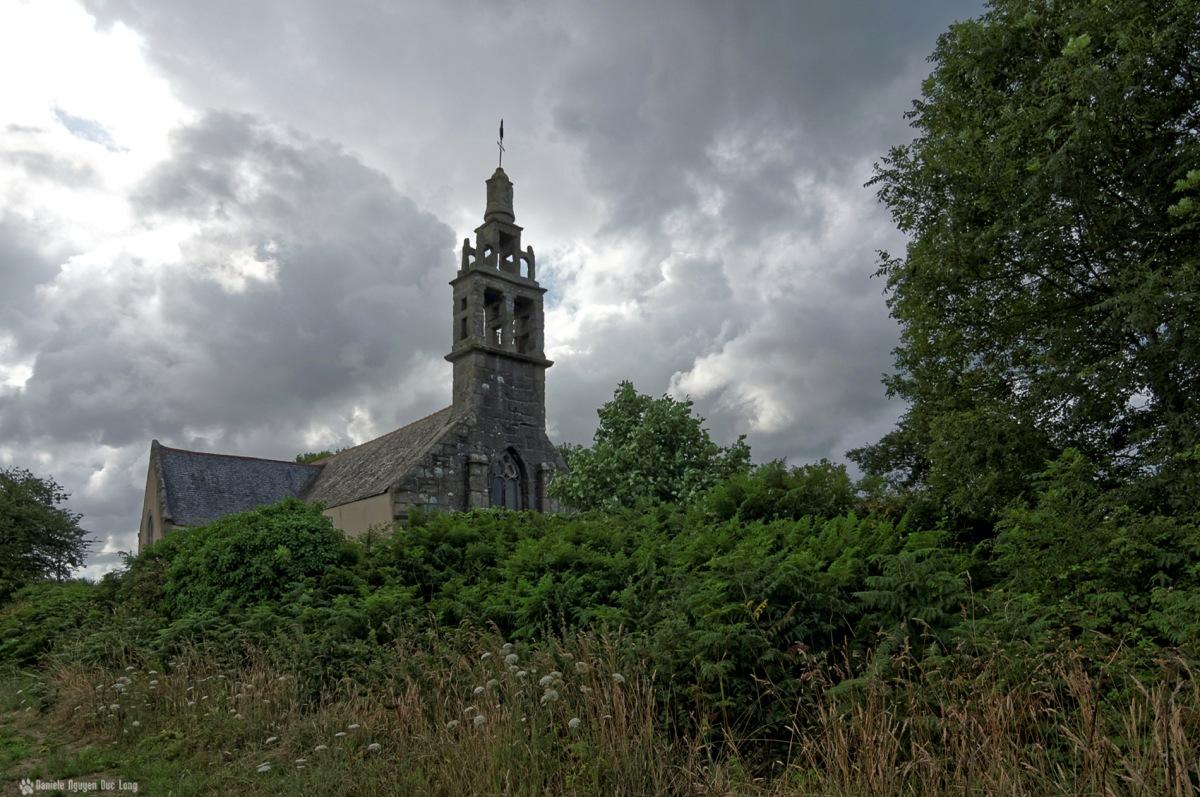 face chapelle Guicquelleau depuis les champs,Folgoet, Bretagne, Finistère